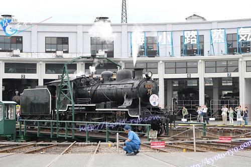 回転台で転回する蒸気機関車