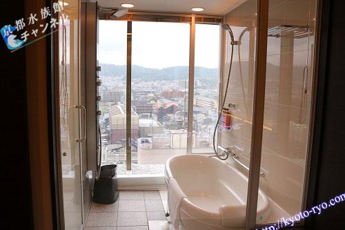 京都の風景が見えるバスルーム