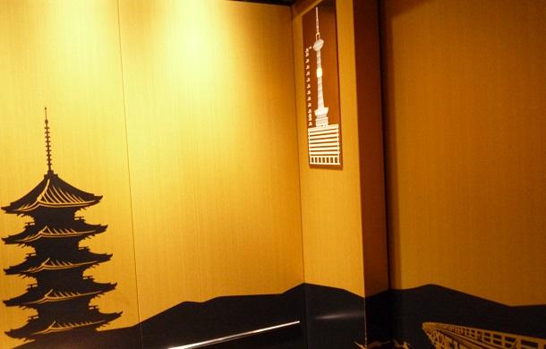 京都タワーの新しくなった金のエレベーター